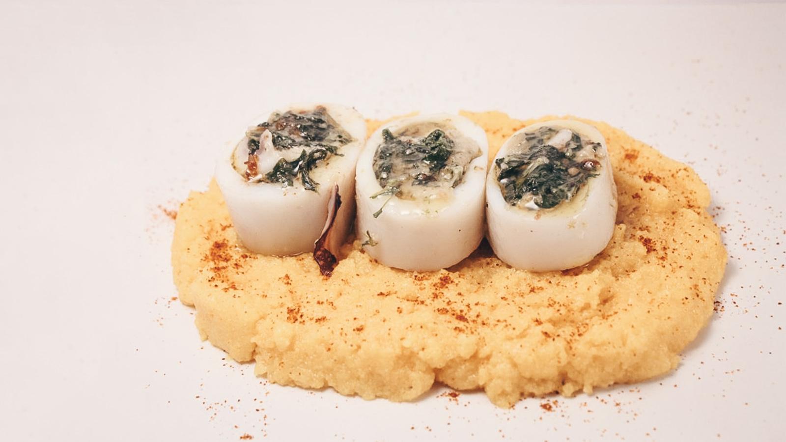 Calamari ripieni su polenta
